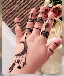 نقش حناء على شكل هلال رمضان